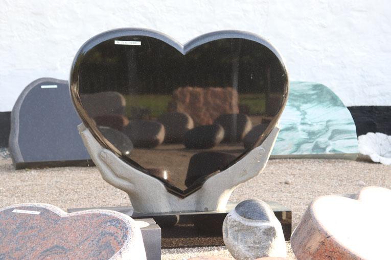 Himmerland Gravsten og Granit, Sort Indisk hjerte på hænder med sokkel